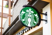 KRABI, THAILAND - July 18, 2015: Starbucks Coffee. Starbucks is largest coffeehouse company — Stock Photo
