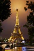 Eiffel tower in Paris at night — Stock Photo