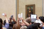 """Tourists take photos of """"Mona Lisa"""" at the Louvre Museum in Paris — Zdjęcie stockowe"""