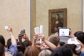"Tourists take photos of ""Mona Lisa"" at the Louvre Museum in Paris — Stock Photo"