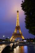 Eiffel tower in Paris at night with river view — Stock Photo