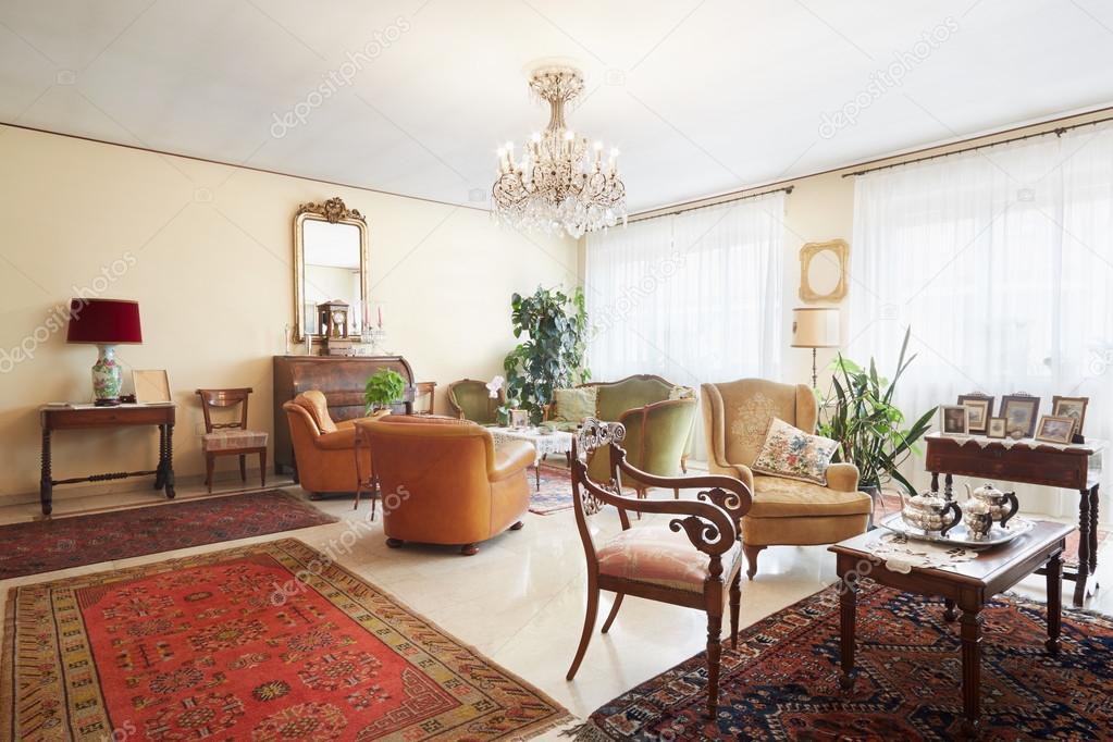 Woonkamer, klassieke interieur met antiquiteiten — Stockfoto ...