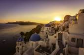 Sunset view of the blue dome churches of Santorini, Greece — Stock Photo