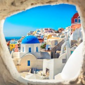 Santorini blue dome church look through the chimney, Greece — Stock fotografie