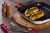 Chicken in a grill-pan — Zdjęcie stockowe