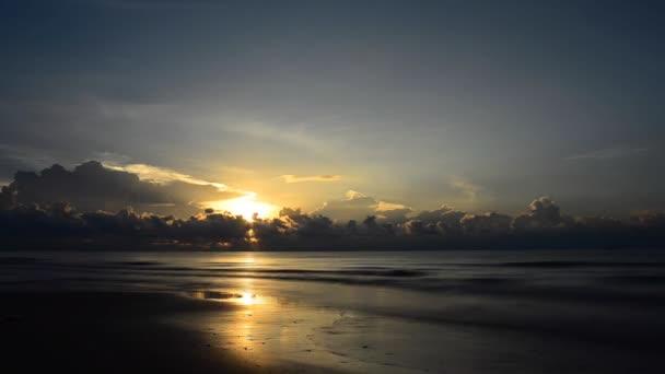 Salida del sol en el océano. Hd — Vídeo de stock