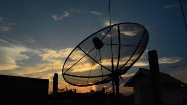 Parabolantenn på sunset. hd — Stockvideo