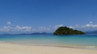 Island of Andaman Sea in tropical beach. — Stock Video