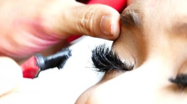 Applying Mascara for Long Eyelashes — Stock Video