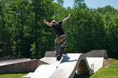 Skateboardåkare Jumping Skate Ramp — Stockfoto
