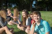 Group of teenagers eating healthy snacks — Foto de Stock