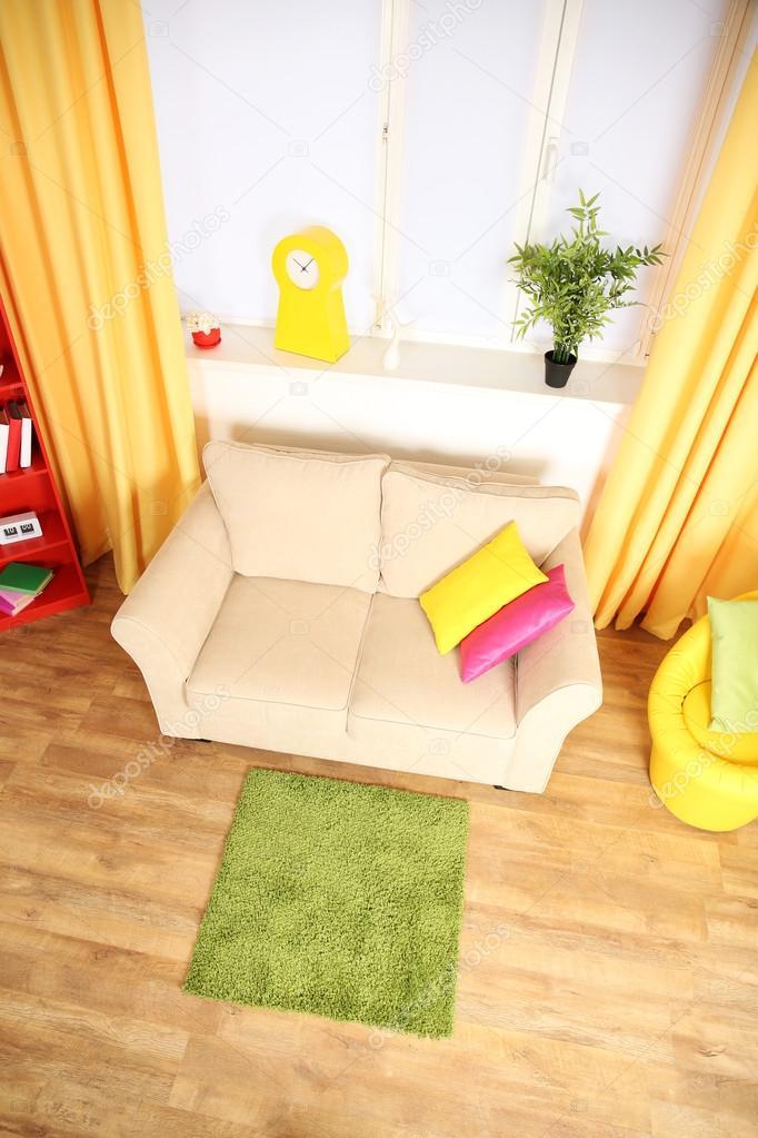 Moderne woonkamer interieur met de witte Bank en groene tapijt ...