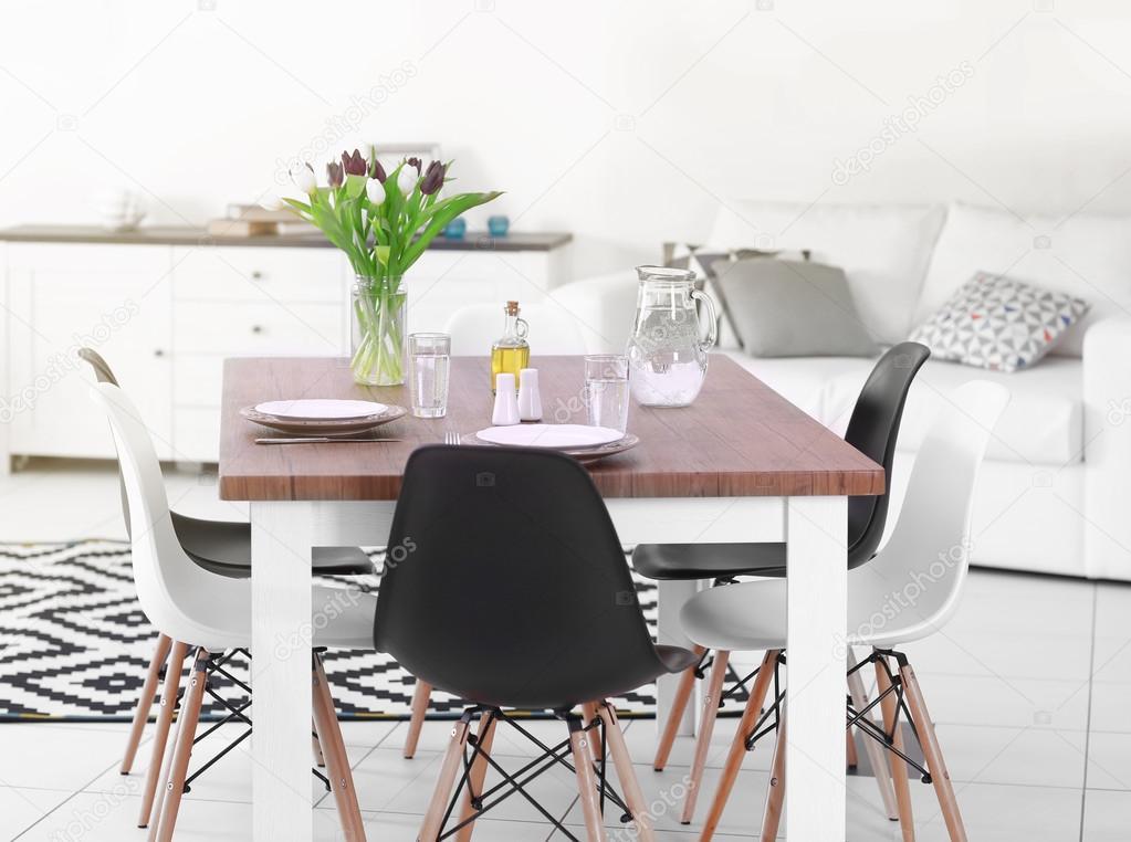 Moderna sala de estar. Móveis conjunto com mesa e cadeiras. Buquê ...