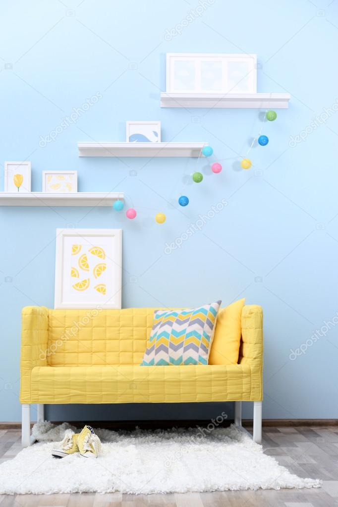 Moderne woonkamer interieur met gele Bank — Stockfoto © belchonock ...