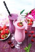 Pyszne smoothie na stole, szczelnie-do góry — Zdjęcie stockowe