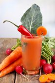 Fresh carrot juice with vegetables on wooden table — Foto Stock
