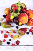 Different berries and fruits on wooden table close-up — Foto Stock