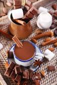 Kop warme chocolade op tafel, close-up — Stockfoto