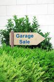 Garage sale sign at park — Stockfoto