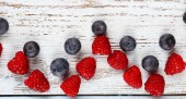 Blueberries on wooden background — Stock Photo