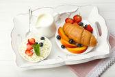 Delicioso café da manhã com croissant, queijo e frutas — Fotografia Stock