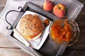 美味面包用自制的果酱,木制的桌子上 — 图库照片