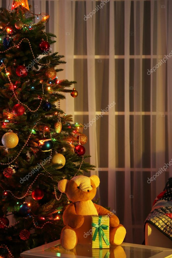 rbol de navidad en casa fondo interior decorado en la noche u foto de stock