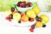 成熟的水果和浆果在明亮的背景上的桌子上 — 图库照片