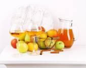 Bodegón con sidra de manzana y manzanas frescas en la mesa de madera — Foto de Stock