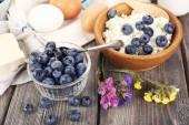 Los arándanos frescos y productos lácteos en la mesa de madera — Foto de Stock
