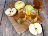 Still life with tasty apple cider in barrel and fresh apples — Stock Photo
