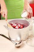 Vaření chutné jahodový džem v kuchyni — Stock fotografie