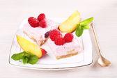Dort s ovocem a bobule na štítku na dřevěné pozadí — Stock fotografie