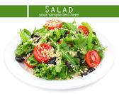 Verse salade met rucola, geïsoleerd op wit — Stockfoto