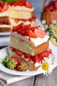 Delicious biscuit cake with strawberries on table close-up — Stock Photo