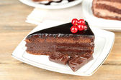 Chocolate cakes  on plates, on  wooden background — Zdjęcie stockowe