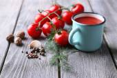 Homemade tomato juice in color mug, spices and fresh tomatoes on wooden background — Foto Stock