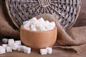 Raffinerat socker träskål på tabellbakgrund — Stockfoto
