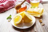 Limon ve bal ahşap tablo — Stok fotoğraf