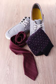 Top-Siders, pair of socks and tie on wooden background — Stock Photo