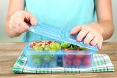 Kvinna att göra välsmakande lunch — Stockfoto