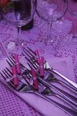 Bufetového stolu s nádobí čeká na hosty — Stock fotografie