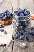 Świeże jagody na drewnianym stole — Zdjęcie stockowe