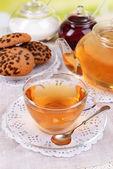 çaydanlık ve parlak zemin üzerine masada çay — Stok fotoğraf