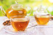 çaydanlık ve bardak çay tablo parlak zemin üzerine — Stok fotoğraf