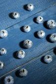 Leckere reife blaubeeren, auf hölzernen hintergrund — Stockfoto
