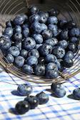 Leckere reife blaubeeren in metallausführung auf tischtuch hintergrund — Stockfoto