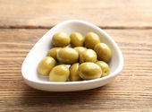 Green olives in bowl on table close-up — Stock Photo