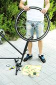 Man zijn fiets, close-up herstellen — Stockfoto
