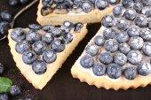 美味的自制馅饼加蓝莓木制的桌子上 — 图库照片